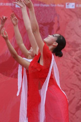 洛阳站传递起跑仪式 歌舞表演激动人心