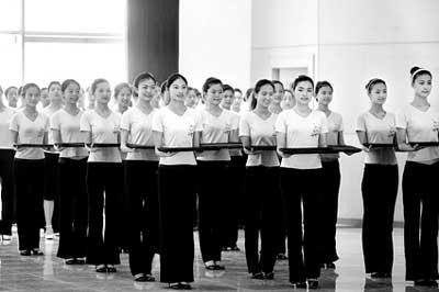 奥运颁奖礼仪志愿者用最美的动作为自己的训练画上了句号 摄/记者张宁