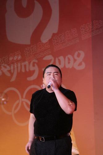 洛阳歌手胖哥酷似刘欢 深情演绎奥运歌曲
