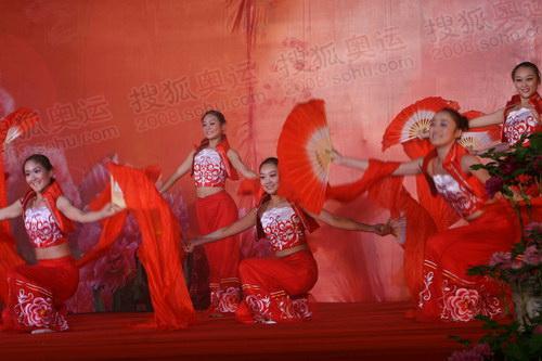 洛阳站传递结束现场 洛阳市民献优美歌舞