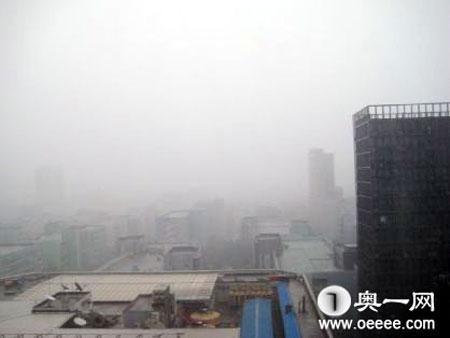 27日下午深圳電閃雷鳴,狂風暴雨,記者在福田區上步路片區還看到下冰雹圖片