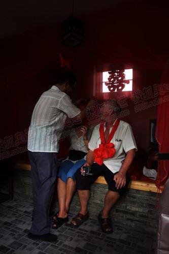 老 外在 旅馆里来次中国式传统婚礼演练