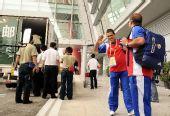 图文:古巴代表团包机抵京 向媒体热情的打招呼