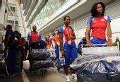 图文:古巴代表团包机抵京 等待专车去往奥运村