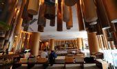 图文:青岛奥运村开村 国际区内的休息区