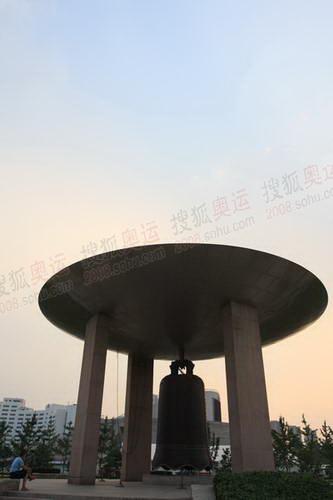 世纪坛的大钟_缩小大小