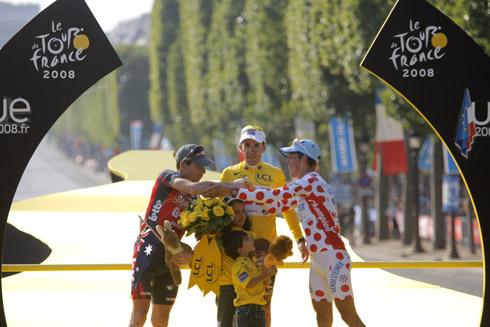 图文:环法落幕萨斯特雷加冕 前三名上台领奖