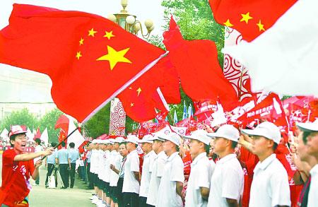7月27日,奥运火炬在古城洛阳传递。市民们用饱满的热情迎接圣火到来。
