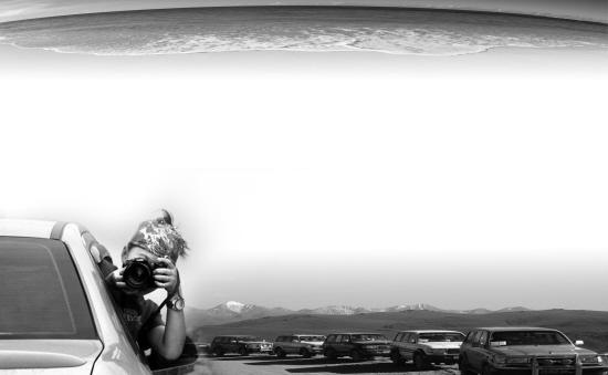 东盐锅屯 古朴渔村提灯捉蟹   东盐锅屯被喜爱她的人亲切地称为东锅。她位于辽宁省绥中县万家镇老户村,南临渤海止锚湾,因解放前晒海水取盐而得名。这儿只有百十户人家,祖祖辈辈靠打渔、种地为生,生活比较简朴。   来东锅游玩,没有旅店,没有饭店,更没有收门票的地方,可不是一般的节省。当然,省钱不代表游兴必然寡淡:如果看腻了大城市的喧嚣,那么就会用最快的速度爱上这里的清净,甚至有那么一点犬吠村愈静的感觉。   既然叫渔村,那么一定就会有海沙滩是平缓的,沙子是细软的,走在上面只要享受海风和美丽的海景就可以