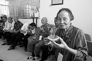 爽口西瓜让老人们心里甜丝丝的。晚报记者杨薇摄
