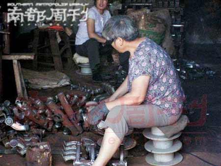 刁爱青母亲在做工。