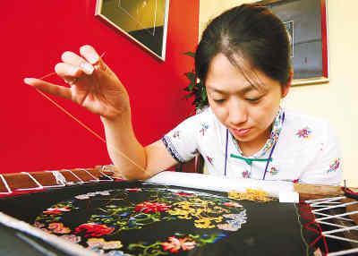 奥运村里的中国传统民俗工艺展示:刺绣。