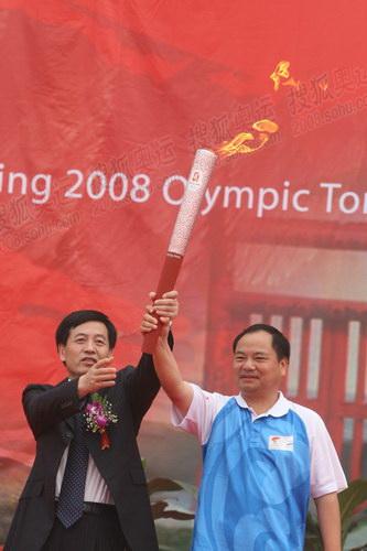 图文:火炬接力安阳站起跑仪式 展示火炬