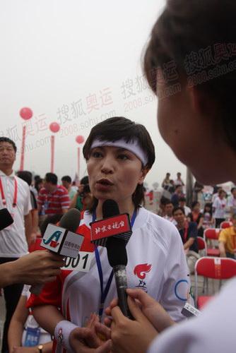 图文:安阳起跑仪式 首名火炬手李瑞英接受采访