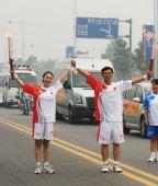图文:奥运圣火在安阳传递 曹建民与刘晓煜交接