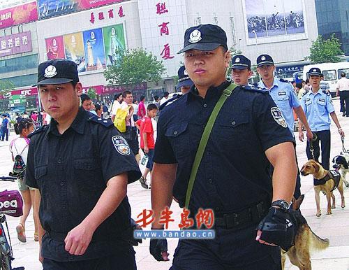 民警和警犬在广场巡逻。