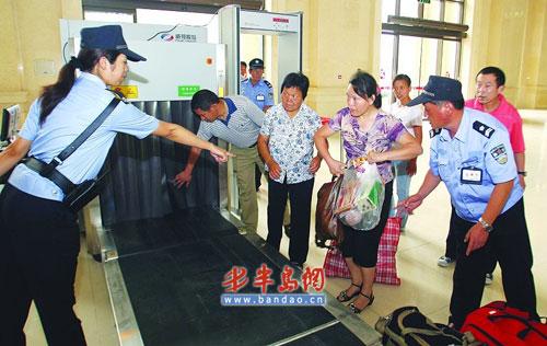 火车站安检人员认真检查每一件行李