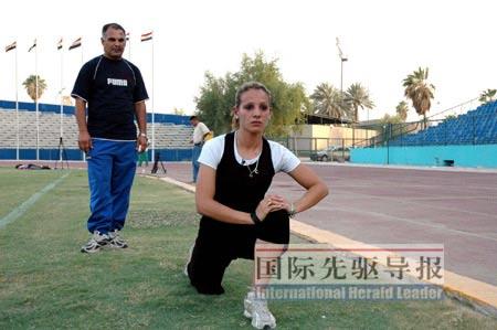 7月26日,伊拉克唯一的女奥运选手达娜·侯赛因和教练拉赫曼在训练。