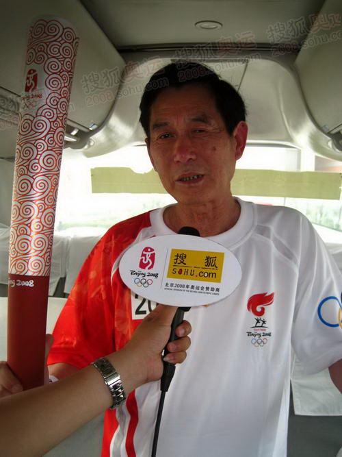 安阳末棒火炬手李官奇在媒体车上接受官网记者独家采访