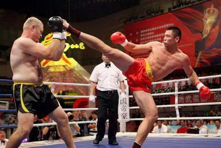 图文:大比武中美散打对抗赛 黄磊战胜杰-玛科