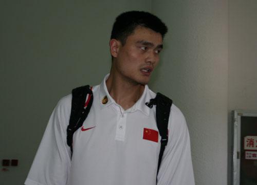 图文:中国男篮抵达南京 姚明抵达机场