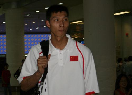 图文:中国男篮抵达南京 易建联达到机场