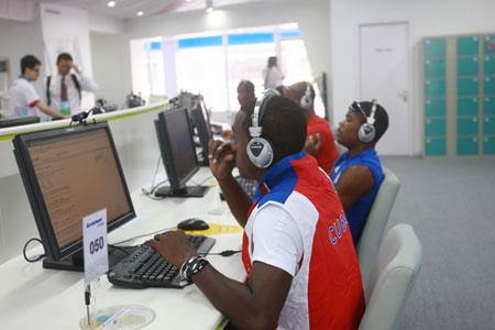 古巴运动员在联想奥运村国际区网吧使用电脑