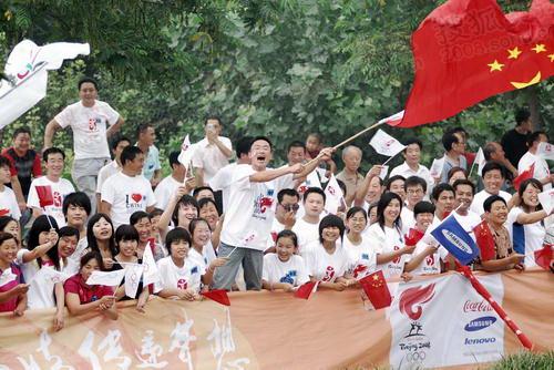 安阳传递民众热情高涨 挥舞国旗高声呐喊