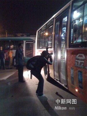 事故发生后,事故公交车所属昆明公交第五公司把该公司所有公交车召回。公交车进站前,每辆都进行了严格的疑似爆炸物检查。 王林 摄