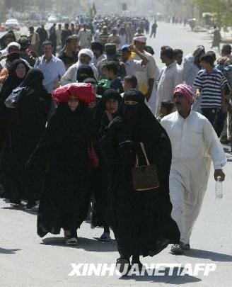7月28日,在伊拉克首都巴格达的凯拉代区,什叶派民众前往伊玛目穆萨·卡齐姆清真寺参加纪念活动。新华社/法新