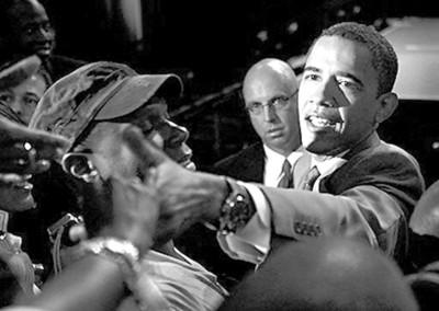奥巴马27日与支持者握手