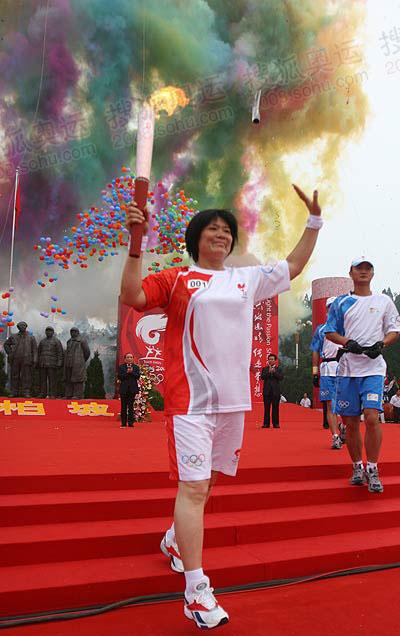 点燃火炬传递梦想_石家庄传递圣火 田径名将李梅素西柏坡领跑首棒-搜狐2008奥运