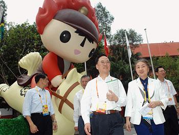 行政长官曾荫权与香港奥运村及残奥村村长梁爱诗巡视香港奥运村的设施。(图片来源:香港特区政府网站)