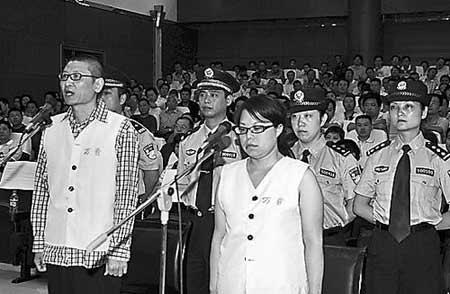 晏大彬、其妻付尚芳在接受法庭调查。 黄顺祥摄