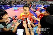 图文:国乒奥运男团热身决赛 刘国梁接受采访