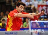图文:国乒奥运男团热身决赛 王皓回球瞬间