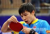 图文:国乒奥运男团热身决赛 陈�^整理球拍