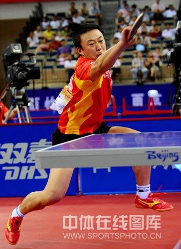 图文:国乒奥运男团热身决赛 马琳奋力回球