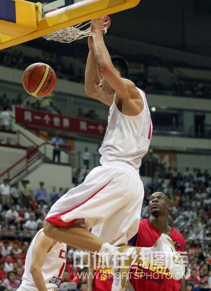 图文:钻石杯男篮赛中国VS安哥拉 易建联暴扣