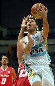 图文:阿根廷队战胜伊朗队 强行上篮