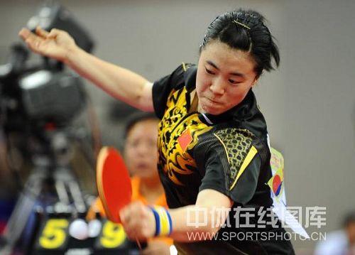图文:国乒女将进行奥运热身赛 王楠凶狠回球