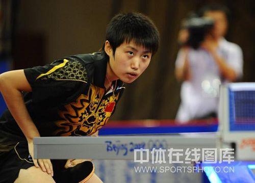 图文:国乒女将进行奥运热身赛 郭跃眼神专注