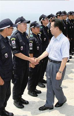 29日,韩国总理韩升洙登上独岛慰问执行守岛任务的警务人员。