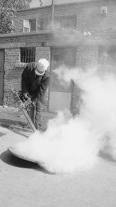 疾控人员正在用热烟雾机对下水井内的蟑螂进行烟雾熏杀。晚报记者吴丽丽文\图