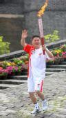图文:奥运圣火在秦皇岛传递 火炬手孙刚