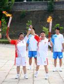图文:奥运圣火在秦皇岛传递 孙刚与林秀贞交接