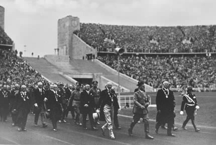 1936年8月1日柏林奥运会开幕式上,国际奥委会成员和希特勒入场