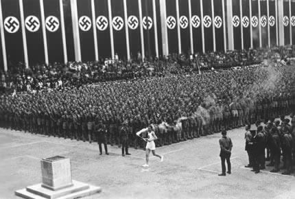 1936年8月1日,奥运圣火到达柏林奥运会体育场(资料图)