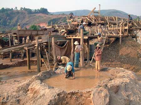 采矿工艺很传统和原始,以体力劳动为主