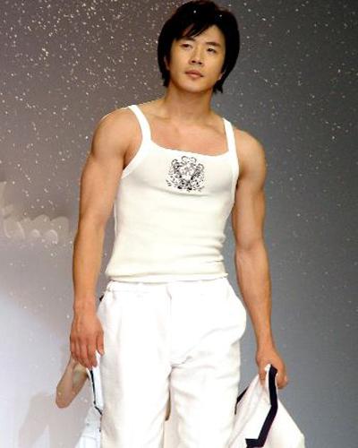权相佑每天都往健身房跑,让他练出倒三角的精实身材,腹部的王字肌
